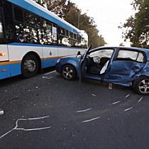 Két autó és egy busz ütközött össze a Kishegyesi úton - haon.hu