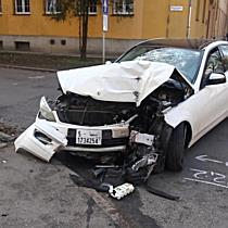 Házfalnak csapódott egy Mercedes az Egyetem sugárúton - haon.hu