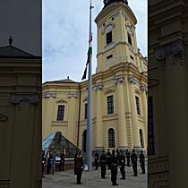 Lobog a zászló Debrecen főterén