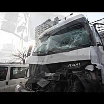 Két teherautó karambolozott a Petőfi téren - haon.hu