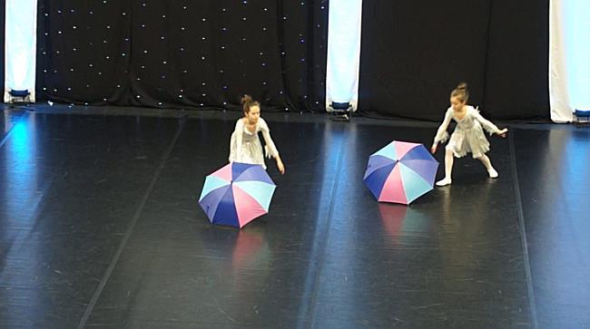 Esőben is barátság Gombos Anikó és Molnár Lilla előadásában