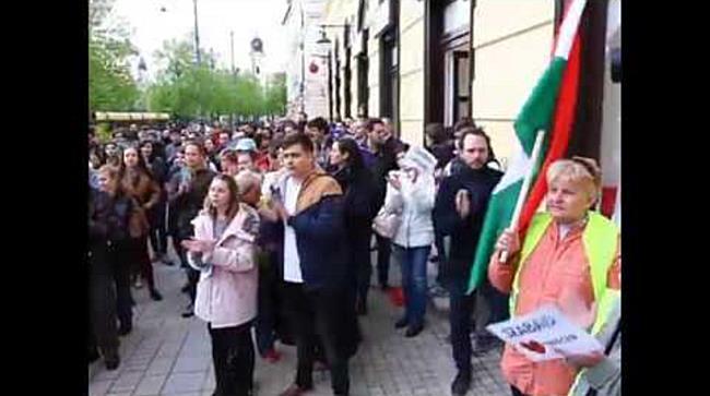 """""""Orbán takarodj"""" és """"aki nem ugrál az gázszerelő"""" rigmusok a debreceni CEU tüntetésen"""