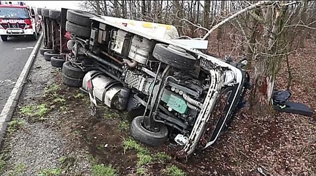 Árokba borult egy kamion a 4-es főúton Püspökladánynál - haon.hu