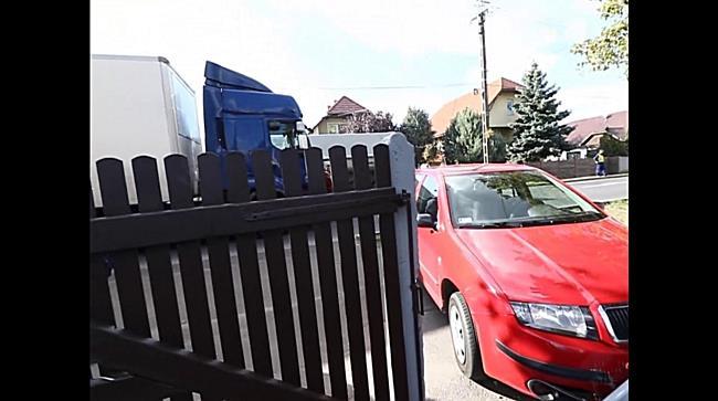 Ház udvarán landolt egy autó Mikepércsen - haon.hu